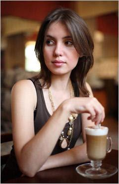 mulher com olhar furtivo sinais corporais do desejo feminino linguagem corporal feminina sinais corporais