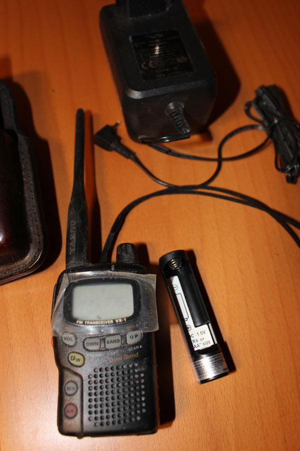Yeasu VX-1R med extra batterikassett för R6 eller AA (1,5 V) batteri säljes