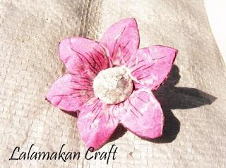 Beri lem putih pada seluruh permukaan kelopak bunga untuk memberikan