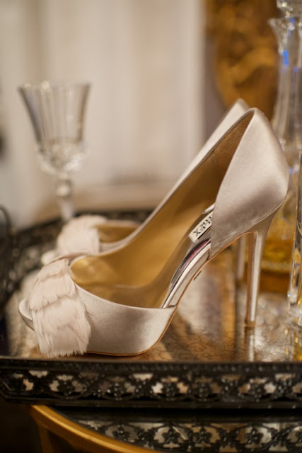 Eleganckie, satynowe pantofelki z piórkami.