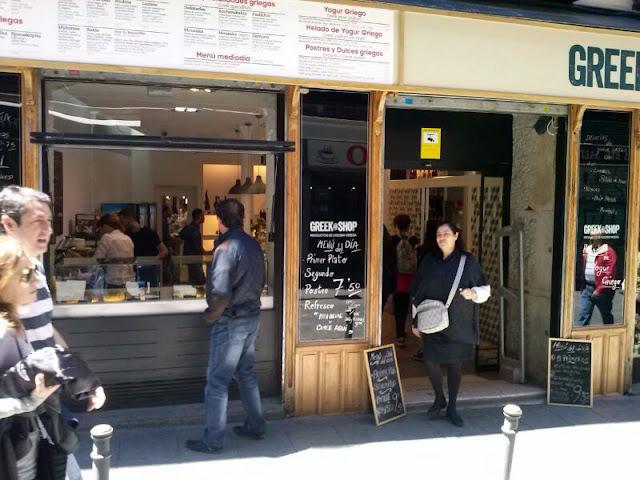 Entrada y servicio a la calle del Greek & Shop, Malasaña.