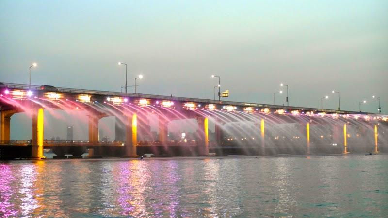 Ewha Summer Studies Banpo Bridge Rainbow Founatin Show Seoul South Korea lunarrive travel blog