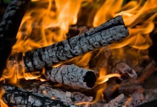 hasad-api-memakan-kayu-bakar