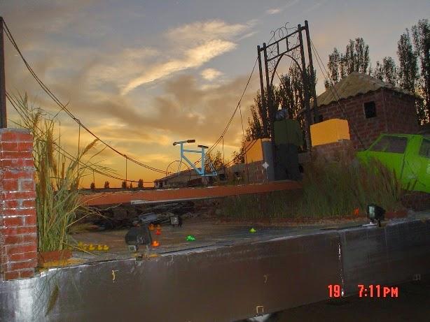 Cae la tarde en el Puente Colgao del Bollo