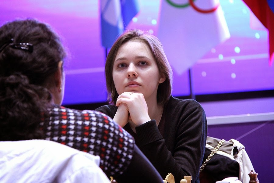 L'Ukrainienne Mariya Muzychuk (photo ci-contre) dynamite l'Indienne Humpy Koneru  qui avait remporté jusqu'ici 6 victoires d'affilée en 3 tours © Photo Nastia Karlovich