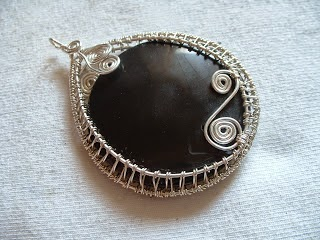 http://flight-fancy.blogspot.co.uk/2010/07/wire-wrap-woven-pendant-tutorial-part-1.html