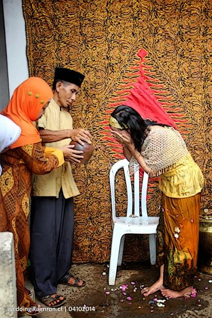 Siraman Ika & Imron dalam Seremonial Pernikahan Adat Jawa 4 Oktober 2014 di Sokaraja Tengah, Banyumas - Jawa Tengah [weddingikaimron.cf]