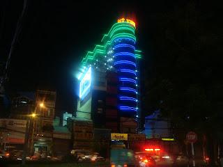 Edifício iluminado à noite na cidade de Ho Chi Minh City