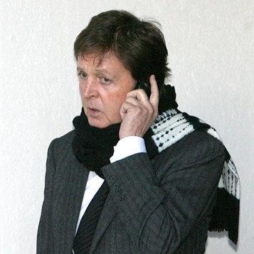 Professora retorna ligação de número misterioso e acha na linha Paul McCartney