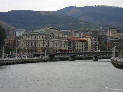 """Tramo inicial como ría, el puente del Arriaga en Bilbao, antigua zona de """"anguleros"""""""
