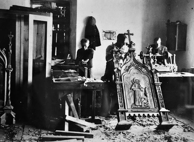 Radoszyce, galeria Biłasówka, wystawa Radoszyce w starej fotografii . Podpis fotografii: Stolarnia Olszewskiego, fot Olszewski ok. 1910.