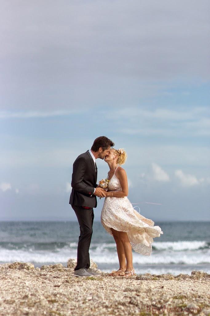 Les mariés s'embrassent devant la mer