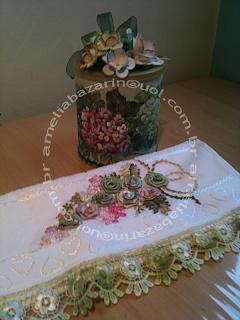 toalha bordada flor em fita e lata decorada