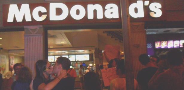 Grupos que lutam contra a homofobia organizaram um beijo coletivo em frente à lanchonete McDonald's, na avenida Francisco Glicério, no Centro de Campinas em São Paulo (Foto: Eduardo Schiavoni)