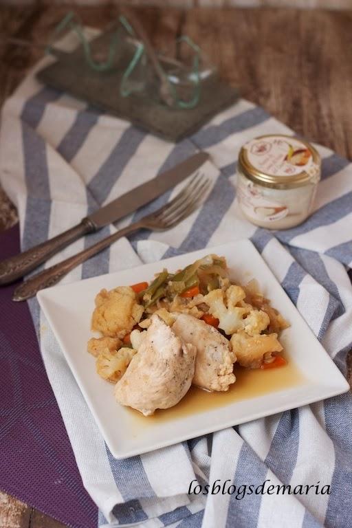 Rollitos de pollo al paté de queso de torta del casar con verduras