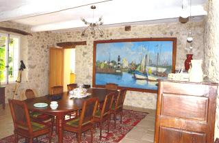 Dans la même très grande pièce que le salon, la salle à manger d'intérieur et l'accès à la cuisine