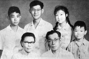 """1963年,父亲因""""极右""""""""劳教""""多年, 回家后的全家福。"""