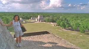 Yoko on top of the pyramid, Chichén Itzá in Yucatán
