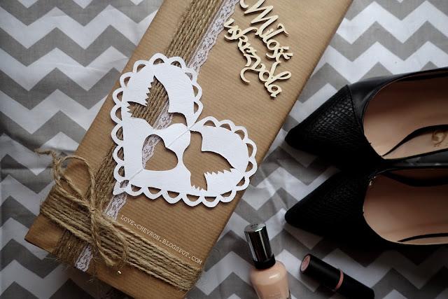 pakowanie prezentów szarym papierem