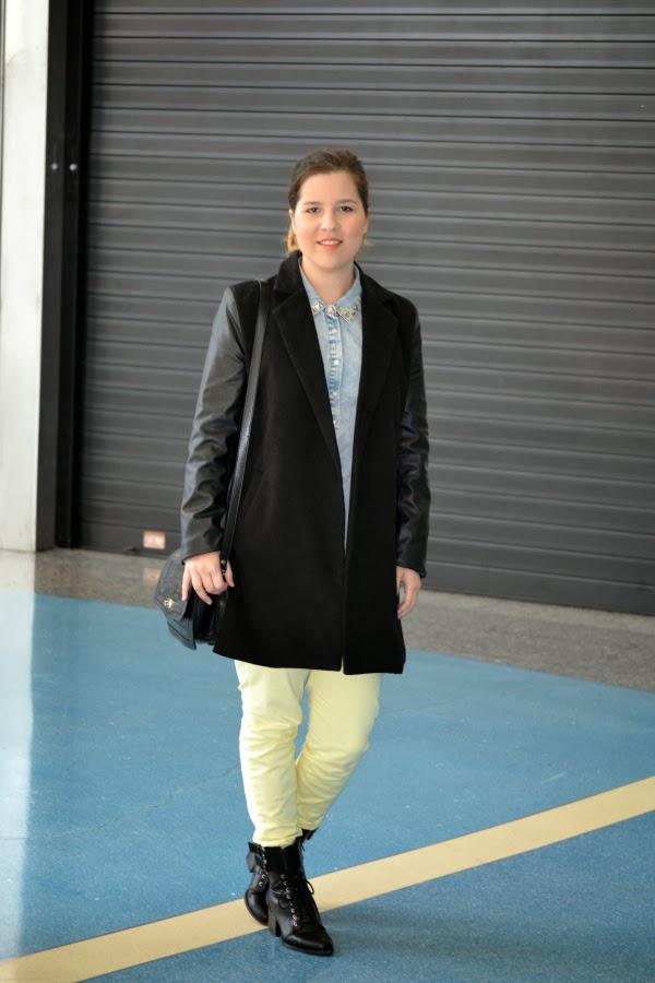 look_outfit_pantalón_amarillo_abrigo_mangas_polipiel_camisa_vaquera_nudelolablog_04