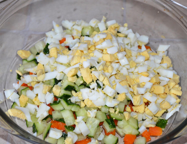 Салат из печени трески:огурец, морковь, яйца порезать кубиками