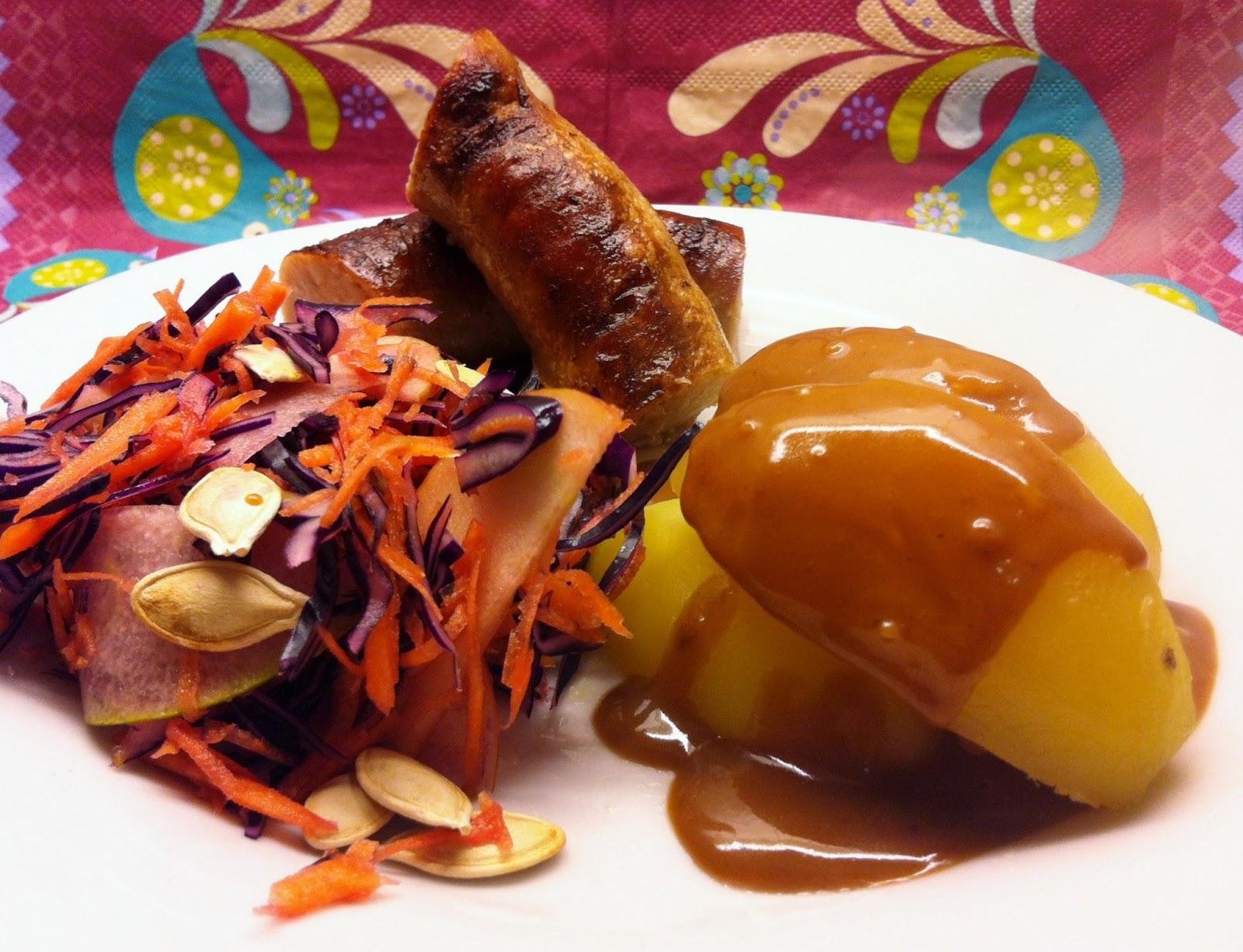 Medister med brun sauce, kartofler og rødkålssalat