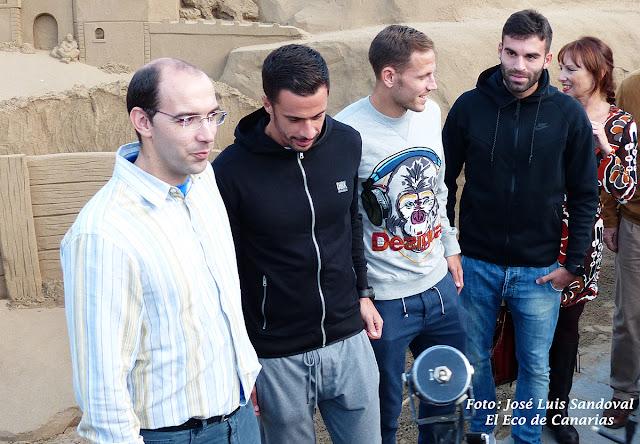 jugadores UD Las Palmas en el belén de arena de Las Canteras