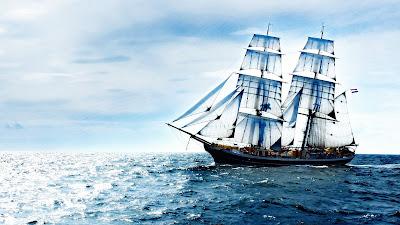 Barco cruzando el mar