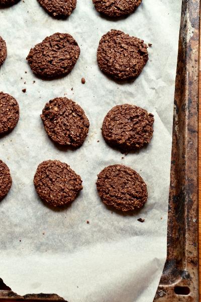 biscotti ai fiocchi d'avena e cacao amaro in polvere