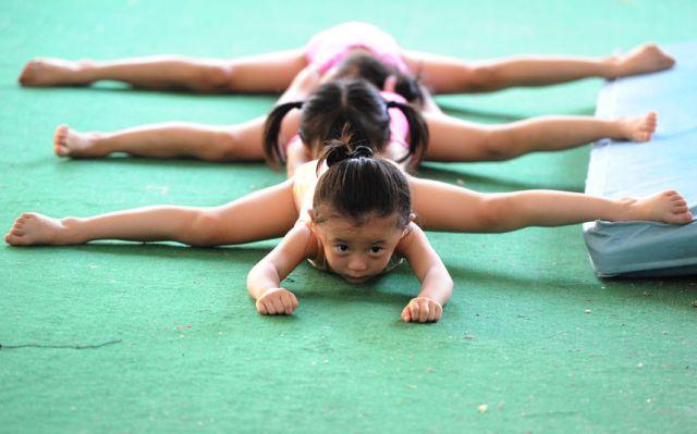 الصين وكيفية صناعة الأبطال الألومبيين China-gymnasium-Olympic-children-17