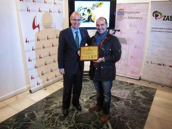 El ganador con el presidente de la diputación de salamanca