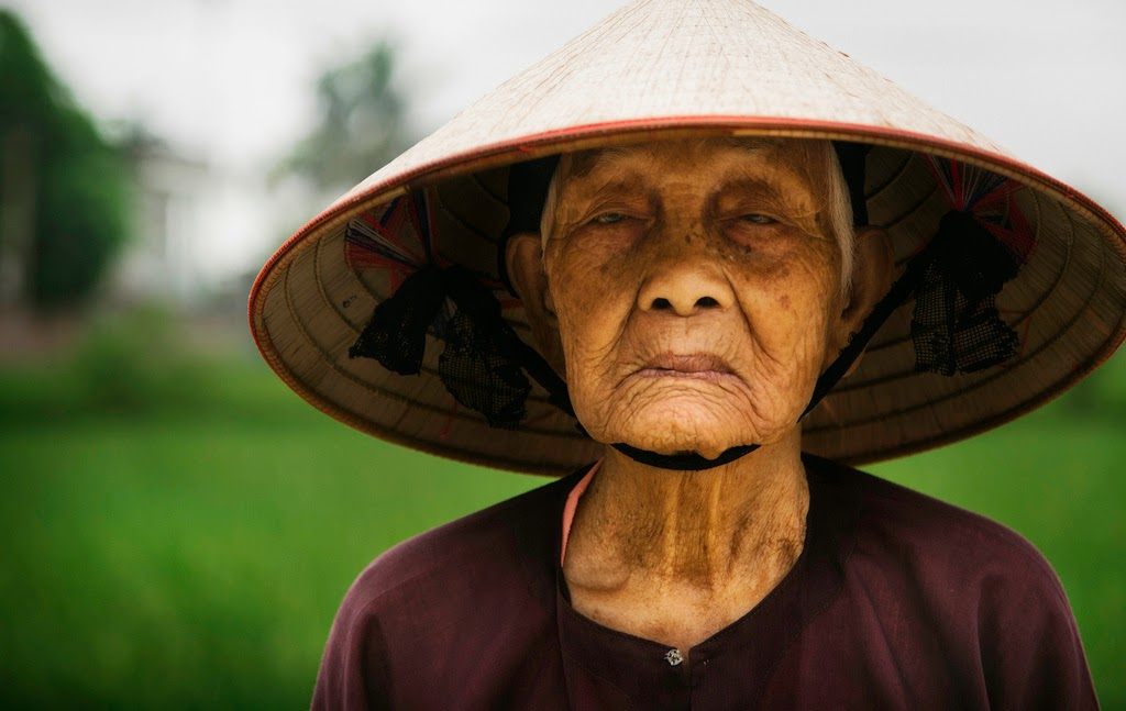 RICE FARMER IN SMALL VILLAGE, VIETNAM - 29 Breathtaking Photographs of The Human Race