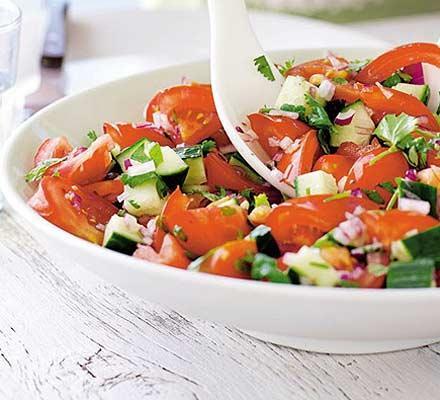 Салат из моцареллы с помидорами огурцами