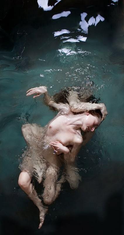 Ramona Zordini fotografia pessoas nuas peladas flutuando na água