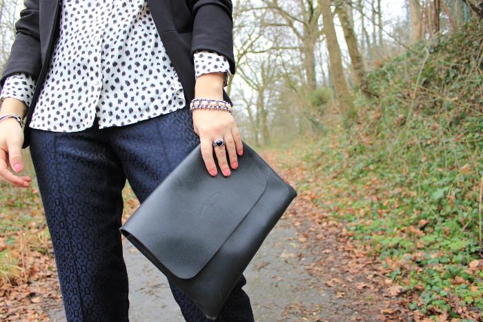 http://2.bp.blogspot.com/-FO-da5ooy-s/UQ516N5MvKI/AAAAAAAAIOM/SiMTxmDmAi8/s1600/3.+Chloe+vioz,+lyon,+veste+blazer+h&m,+chemise+%C3%A0+pois+noire+et+blanche+h&m,+pantalon+satin+%C3%A0+motif+topshop,+bottines+clout%C3%A9es++%C3%A0+crampons,+pochette+%C3%A0+rabas+noire+charles+et+charlus.JPG