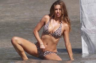 Bikinili Adriana Lima Amını okşuyor, kaşıyor. Elini amına