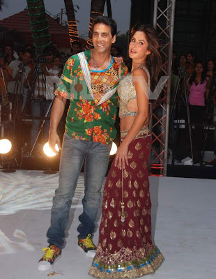 Akki & Kat spotted promoting 'Tees Maar Khan' at Juhu Beach, Mumbai Pics