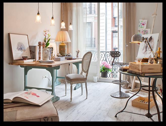 """gabinete de dibujo mezcla de estudio, salón de juegos y bar. Un espacio donde los niños se sienten grandes y los grandes se sien niños"""". Jean Porsche ha jugado con color, iluminación y texturas Westwing Home and Living"""