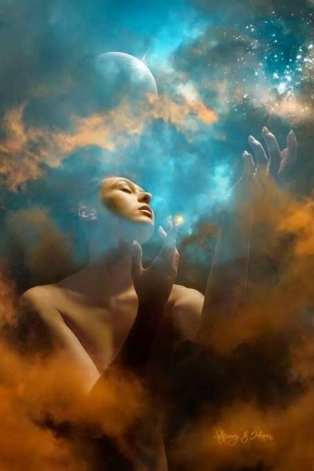 Imagen fantástica de una chica en actitud inspirada difuminada sobre un fondo de un cielo nuboso con la luna en el cenit.