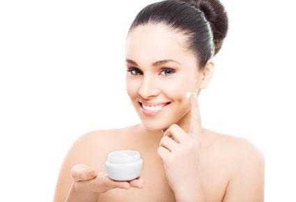 حيل لشدّ الوجه طبيعياً  - امرأة تضع كريم وجه - woman put face cream
