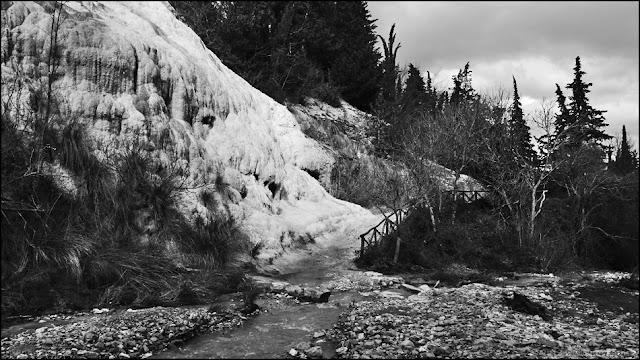 Fotografia in bianco e nero del Fosso Bianco a Bagni San Filippo
