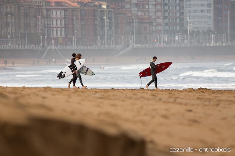 Dani Aznar y Jorge surf en San Lorenzo