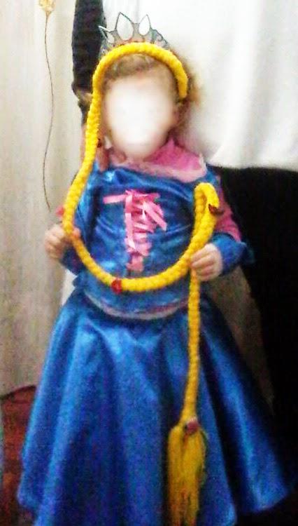 mi nena pixosa disfrazada de Rapunzel