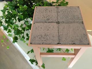 Här hara vi gjort om Oddvar pallen från Ikea, målat den först med vintage rosa patio sedan klätt sitsen med plåtkakel.