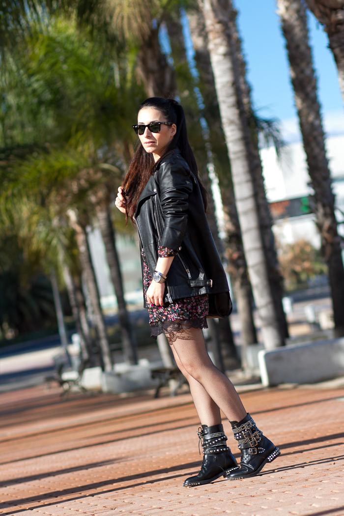 Outfit estilo rock punk con inspiracion Saint Laurent con vestido lencero y botas de pinchos y tachuelas Blogger valenciana
