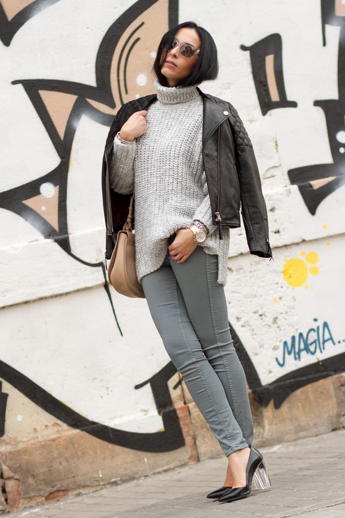 Outfit con pantalones Reversibles B Side de Meltin' Pot chaqueta de cuero y zapatos con tacón de metacrilato estilismo