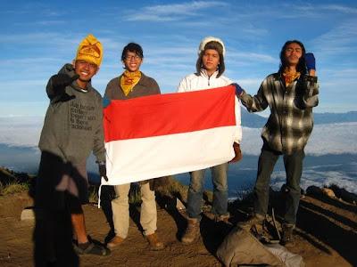 berdiri di puncak syarif gunung merbabu