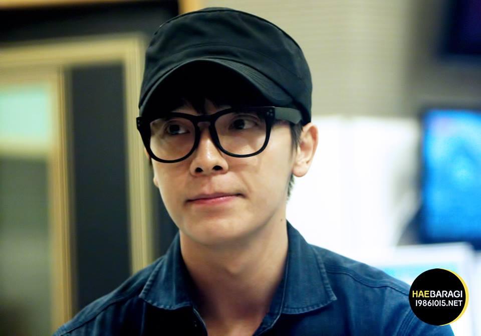 37. Topi merupakan properti kesayangan Donghae.
