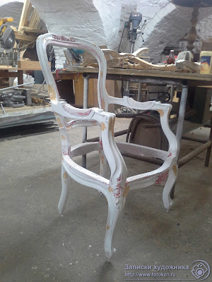 Реставрационная мастерская по дереву, стул подготовленный под позолоту