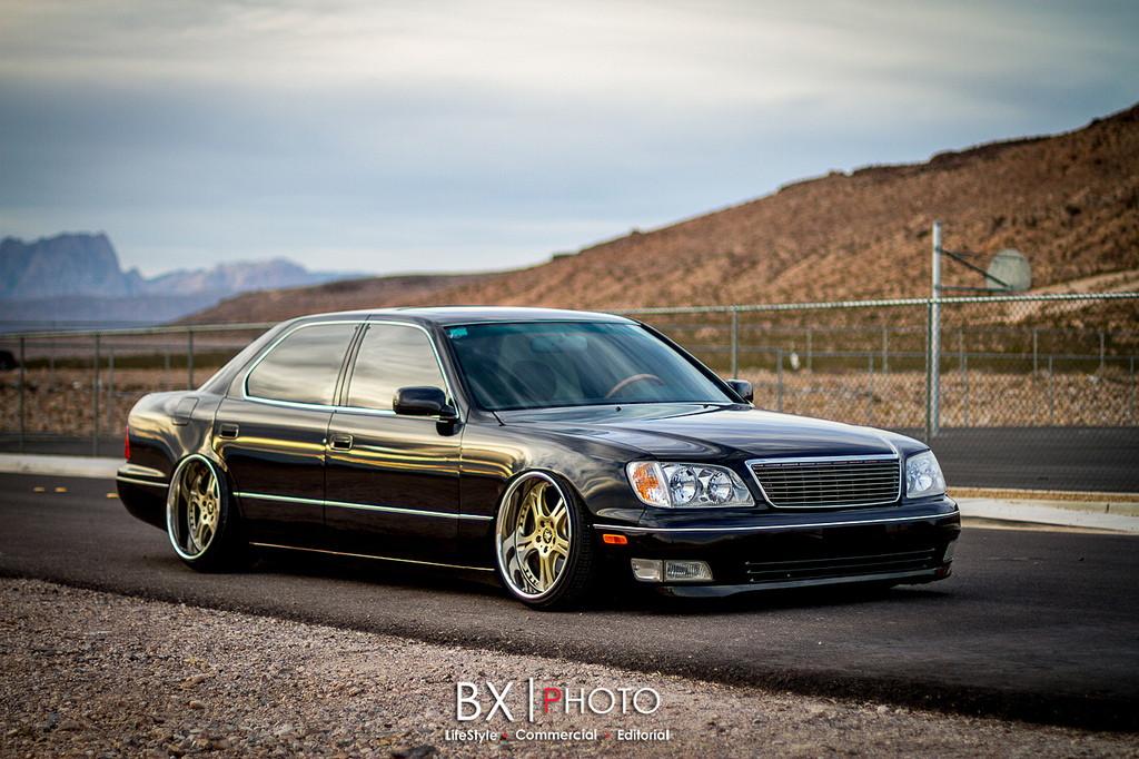 Lexus LS, typowa Toyota, Celsior, auta z silnikami V8, tylnonapędowe sedany, zdjęcia, czarny, złote felgi, przód, jak wygląda